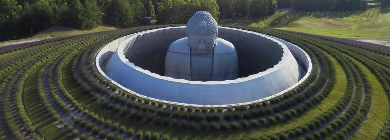 The Hill of the Buddha en el cementerio Makomanai Takino por Tadao Ando